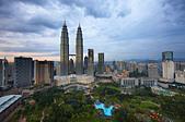 the Petronas Towers and the Kuala Lumpur skyline at dusk, Malaysia - Stock Image - BCP243